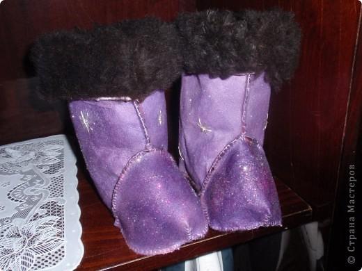 В таких сапожках мы проходили (пролежали в коляске) всю зиму. Главное хорошо одеваются мягко. Взяла меховой сапожек от резиновых сапог, это была выкройка , обвела и сшила. Ткань старая дубленка еще ранешная там мех длинный, сами сапожки покрасила краской для кожи, обсыпала  блеском для ногдей и вышила с потом серебрянными нитками снежинки.  Очень помогли когда дома холодно по осени. фото 1