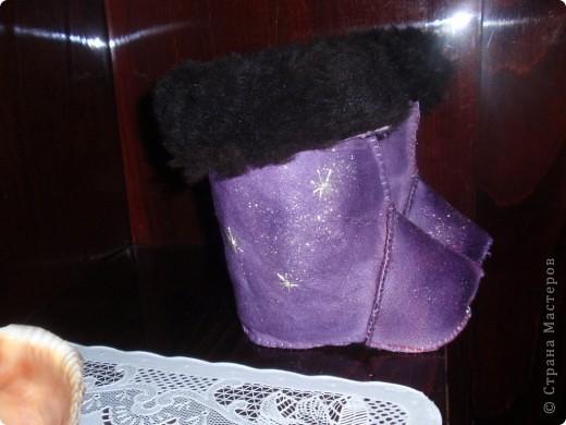 В таких сапожках мы проходили (пролежали в коляске) всю зиму. Главное хорошо одеваются мягко. Взяла меховой сапожек от резиновых сапог, это была выкройка , обвела и сшила. Ткань старая дубленка еще ранешная там мех длинный, сами сапожки покрасила краской для кожи, обсыпала  блеском для ногдей и вышила с потом серебрянными нитками снежинки.  Очень помогли когда дома холодно по осени. фото 2