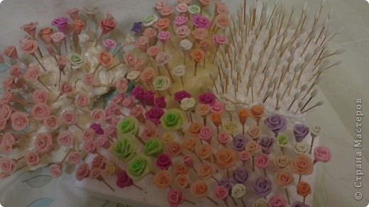 сотни, наверное даже под тысячу подошло, мелких розочек, сотни заготовок под них....остатки от неудавшихся работ...ну все получается....и мелочь типа сирени, и ромашки с хризантемами покорились, и орхидеи.....а розы никак.... фото 1