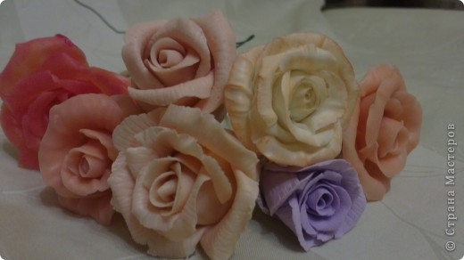 сотни, наверное даже под тысячу подошло, мелких розочек, сотни заготовок под них....остатки от неудавшихся работ...ну все получается....и мелочь типа сирени, и ромашки с хризантемами покорились, и орхидеи.....а розы никак.... фото 2