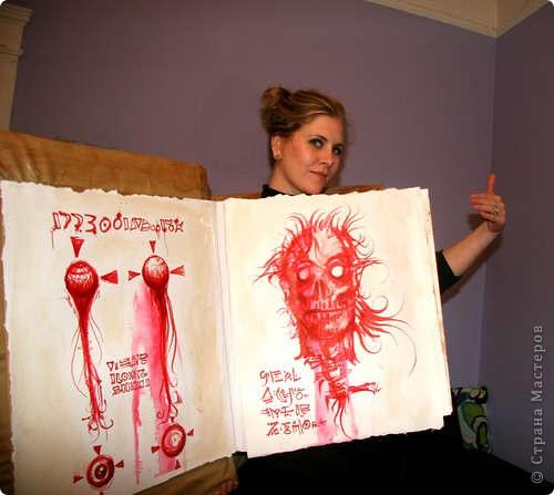 На хэлоувинскую вечеринку можно нарядиться феей-ведьмой или зомби. А можно - Книгой Зла... фото 2
