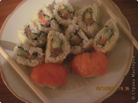 """Долго сомневалась я на счёт съедобности необычно выглядевших штучек в японской кухне. Но однажды решила попробовать, с той поры мне покоя не дают эти вкусняшки,даже от фото к горлу подступает комок. Но честно говоря пробовала я их в Волгограде,тамашним жителям повезло больше т.к. у них существует японский ресторанчик""""Якитория"""" где подают вкуснейшие суши и роллы из действительно свежей рыбы,а вот в моем родном городе эту вкуснотень можно приобрести либо в сомнительных палатках на рынке.либо за бешеные деньги,вот и решилась я на подвиг.Не судите строго вид ещё далёк от идеала,но поверьте на вкус это чудо !!!  фото 2"""