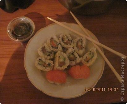 """Долго сомневалась я на счёт съедобности необычно выглядевших штучек в японской кухне. Но однажды решила попробовать, с той поры мне покоя не дают эти вкусняшки,даже от фото к горлу подступает комок. Но честно говоря пробовала я их в Волгограде,тамашним жителям повезло больше т.к. у них существует японский ресторанчик""""Якитория"""" где подают вкуснейшие суши и роллы из действительно свежей рыбы,а вот в моем родном городе эту вкуснотень можно приобрести либо в сомнительных палатках на рынке.либо за бешеные деньги,вот и решилась я на подвиг.Не судите строго вид ещё далёк от идеала,но поверьте на вкус это чудо !!!  фото 1"""