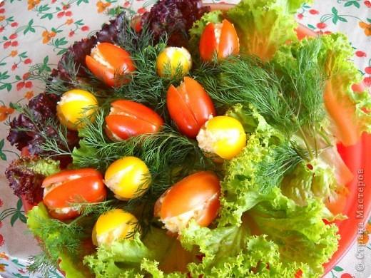 Помидоры и половинки яиц начинены сырным салатом. Идея не моя, вдохновлялась на различных кулинарных сайтах. фото 3