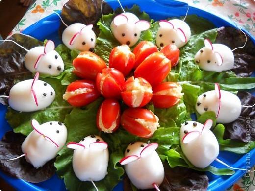 Помидоры и половинки яиц начинены сырным салатом. Идея не моя, вдохновлялась на различных кулинарных сайтах. фото 1