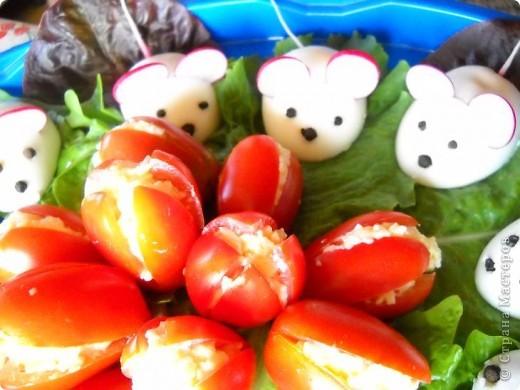 Помидоры и половинки яиц начинены сырным салатом. Идея не моя, вдохновлялась на различных кулинарных сайтах. фото 2