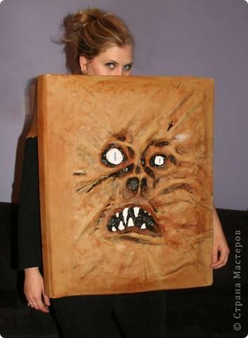 На хэлоувинскую вечеринку можно нарядиться феей-ведьмой или зомби. А можно - Книгой Зла... фото 1