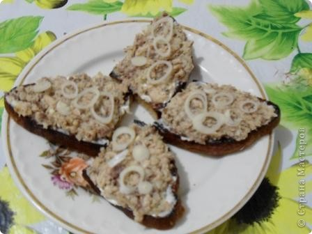 Это мои любимые бутерброды. Черный хлеб обжариваю с одной стороны до хрустящей корочки и выкладываю на тарелку(обжаренная сторона сверху). Даю остыть, а тем временем измельчаю вилкой рыбные консервы в масле и добавляю мелко измельченный лук. Остывший хлеб, смазываю майонезом(обжаренную сторону) и накладываю слой подготовленных консервов. Украшаю кольцами репчатого  лука или посыпаю измельченным зеленым. фото 1