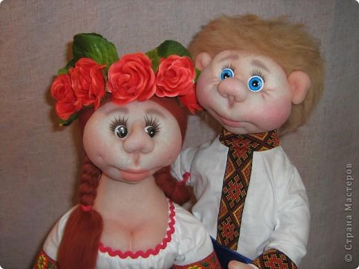 Доброго времени суток СТРАНА. Сегодня я хочу показать новую работу.  Попросили в детском саду сделать кукол в украинском стиле, для краеведческого уголочка. В  результате моих стараний, родилась вот такая парочка. Воспитатели остались довольны.  Всем приятного  просмотра. фото 2