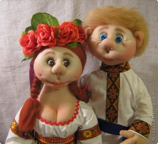 Доброго времени суток СТРАНА. Сегодня я хочу показать новую работу.  Попросили в детском саду сделать кукол в украинском стиле, для краеведческого уголочка. В  результате моих стараний, родилась вот такая парочка. Воспитатели остались довольны.  Всем приятного  просмотра. фото 3