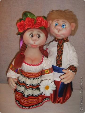 Доброго времени суток СТРАНА. Сегодня я хочу показать новую работу.  Попросили в детском саду сделать кукол в украинском стиле, для краеведческого уголочка. В  результате моих стараний, родилась вот такая парочка. Воспитатели остались довольны.  Всем приятного  просмотра. фото 1