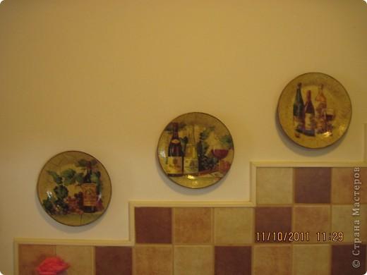 Очень мне нравится декупажить тарелочки. благо есть куда еще вешать. фото 1