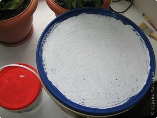 Берем большое ведерко из под майонеза и красим его белой интерьерной краской фото 9