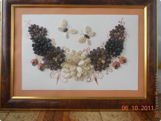 """Вот такое панно мы сделали с Полиной. Цветы из семян тыквы, арбуза и подсолнечника. Клеили на ПВА и на """"Мастер"""" для потолочной плитки. Украшали контуром """"бронза"""". Полина клеила цветы самостоятельно, я дорисовывала контуром и конечно изначально помогла с композицией.  фото 1"""