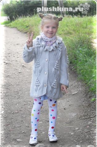 Пальто для дочки - вязала спицами за неделю.