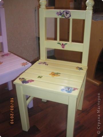 Последнее время в Стране много декора детской мебели. Эта работа была сделана почти два года назад и с точки зрения декупажа мало ценна. Так как это одна из первых работ. Просто захотелось поделиться с вами дорогие жители идейкой облагораживания. фото 8