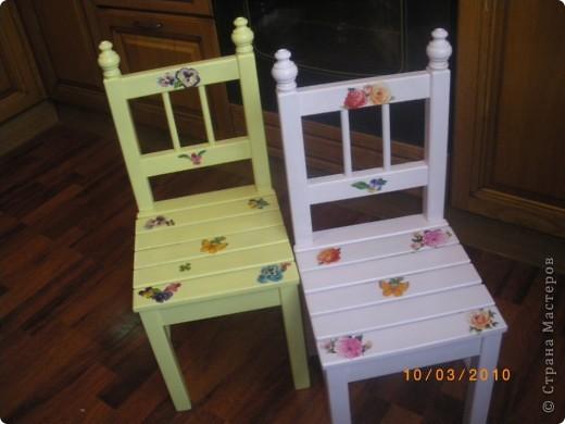 Последнее время в Стране много декора детской мебели. Эта работа была сделана почти два года назад и с точки зрения декупажа мало ценна. Так как это одна из первых работ. Просто захотелось поделиться с вами дорогие жители идейкой облагораживания. фото 3