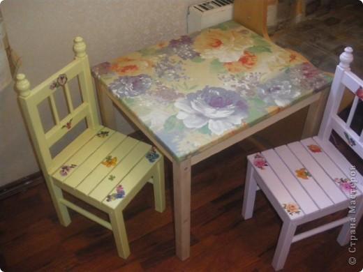 Последнее время в Стране много декора детской мебели. Эта работа была сделана почти два года назад и с точки зрения декупажа мало ценна. Так как это одна из первых работ. Просто захотелось поделиться с вами дорогие жители идейкой облагораживания. фото 1