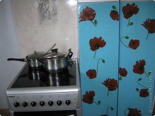 Декупаж кухонного пенала.это моя первая работа.Пенал покрасила эмалью,наклеила вырезанные из салфетки маки,покрыла лаком алкидным ( акрилового не было)