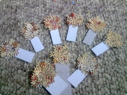 На мастер-класс не претендую, но хотела показать, как из подручных материалов сделать интересные заготовочки.  Осеннее деревце из дырокольних листочков. Пока сохнут, потом будем дальше эксперементировать.  фото 10