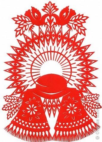 Как и было обещано мной ранее, начинаю рассказ о мастерах вытынанки. Я хочу познакомить жителей СМ с теми из  них, кого лично знаю и чьим творчеством восхищаюсь.    Имя Ирины Зяткиной известно многим жителям украинского курортного города Бердянск, расположенного на берегу Азовского моря. Много лет она преподавала изобразительное искусство и историю искусств в одной из общеобразовательных школ. Мне кажется, нет такого вида рукоделия, которым бы она не владела: вышивка, вязание, квиллинг, роспись пасхальных яиц, шитье и многое другое. Но самую большую любовь Ирина отдала вытынанке. Не случайно в 2010 году ее приняли в национальный союз мастеров народного искусства Украины как мастера вытынанки.     Работы Ирины одновременно и изысканные, и сложные (филигранно вырезанные), наполненные украинской символикой.     Их можно, конечно, разделить на тематические группы и описать, но лучше просто внимательно рассматривать и наслаждаться таким доступным и одновременно таким непростым  искусством, каким является вытынанка. фото 4