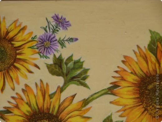 Доброго времени суток! Наконец то добралась до самой большой в моем хозяйстве  досточки, Италия уже была, решила что на этой  будут цветы, с одними подсолнухами было скучно, порылась в салфетках, нашла еще цветочков.....   фото 2