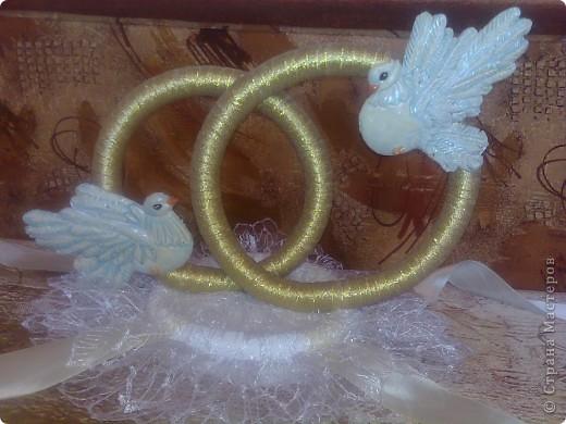 Снова у друзей свадьба и я сделала свои вторые кольца на свадебную машину. По желанию невесты украсила их голубями фото 1