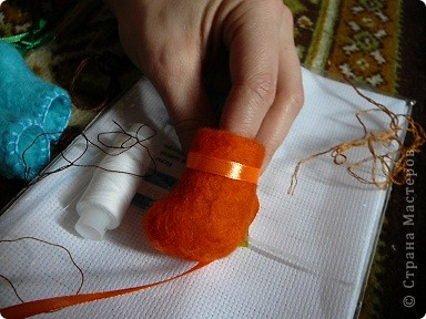 Продолжаем украшать наши валеночки, я опишу самый простой способ , который я использовала, т к  подручного материала было мало, как говориться слепила из того ,что было:))) фото 3