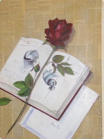 Картина-коллаж.   Сначала газета наклеивается на холст или картон, затем карандашом прорисовывается рисунок и наносится акрил как цветовое решение. По высыхании   детали ( в данном случае знамя и шлем канкистодора) рисуются обыкновенной шариковой ручкой. Ею же  оттеняются все детали на работе, в частности роза,  листья, надписи в книге, мелочи.  Самые темные места очертила углем.   фото 1