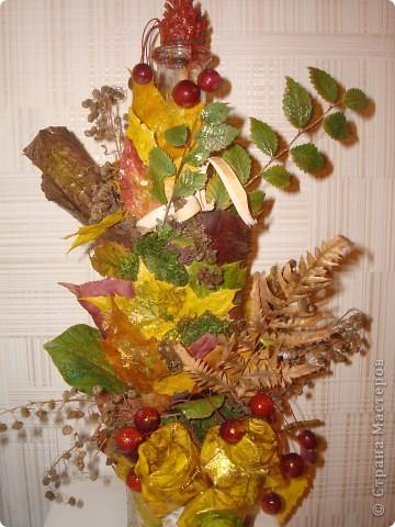 Композиция из листиков,веточек,ягодок и коры фото 5