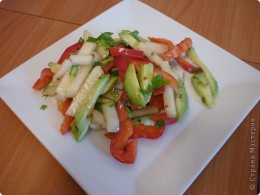 Очень люблю авокадо за то,что сочетается абсолютно с любыми продуктами.Этот салат не исключение.Получается легкий, свежий с очень интересным вкусом! Попробуйте!