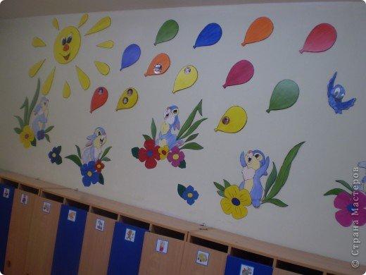 В детском саду - оформление детских работ в раздевалках групп ... дизайн детского сада. оформление стен детского сада...