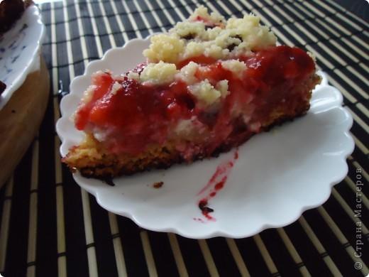 Сливовый пирог со штрейзелем(это такая крошка сверху пирога) Рецепт нашла на одном сайте у замечательной художницы Юлии Костенич,по ходу пришлось немного  делать по своему итак: ТЕСТО: 60 гр.сл.масла(ратопить) 1 ст.л. мёда 1/3 ст.сахара 2-3 ст.л.сметаны 0,5 ч.л.соды,гашённой уксусом 1 стакан муки  Замесить и выпечь.(у меня выпекался мин 20-30)  В это время делаем творожную начинку,моем и режем на дольки сливы.  ТВОРОЖНАЯ НАЧИНКА: 250 гр.творога 2 ст.л сл.масла 3-4 ст.л. молока(йогурта) 1 ст.л.сахара  Достаём выпеченный корж,делаем в нём проколы вилочкой,выкладываем творог,на творог сливы и посыпаем сахарной крошкой.  САХАРНАЯ КРОШКА: 0,5 ст.сахара 0,5 ст.муки 60 гр.сл.масла  Замороженное масло натереть в смесь сахара и муки и растереть руками. Выпекаем пирог в духовке до готовности(у меня выпекался 40 мин) фото 2