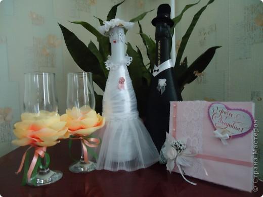 В октябре получили приглашения сразу на две свадьбы,а настроения к творчеству совсем не было,но где-то за неделю до первой свадьбы решила ,что все-таки должна что-то сделать...В СМ вдохновилась идеей декора бутылок лентами и вот что из этого получилось.Это мой первый опыт ,но было очень интересно ,лепестки на бокалах подбирались под цвет платья невесты...