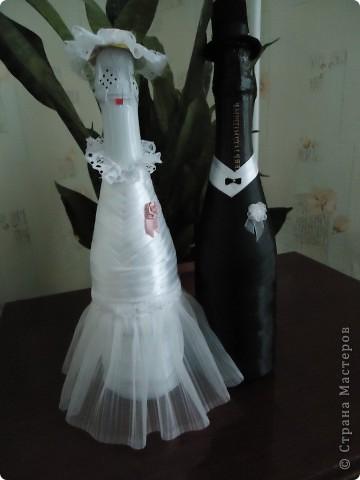 В октябре получили приглашения сразу на две свадьбы,а настроения к творчеству совсем не было,но где-то за неделю до первой свадьбы решила ,что все-таки должна что-то сделать...В СМ вдохновилась идеей декора бутылок лентами и вот что из этого получилось.Это мой первый опыт ,но было очень интересно ,лепестки на бокалах подбирались под цвет платья невесты... фото 2