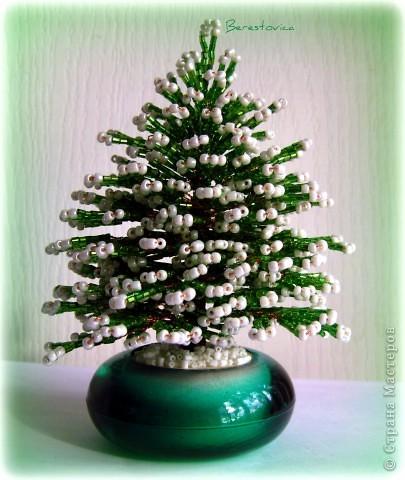Елки много елок из бисера.