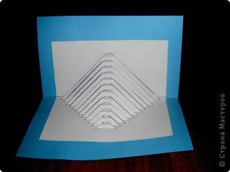 Киригами - это искусство изготовления фигурок и открыток из бумаги, с помощью вырезания и склеивания деталей.       Бумажная архитектура (Origamic architecture) – это форма бумажного ремесла, основанная и развитая архитектором Масахиро Чатани (Masahiro Chatani) в 1980 году.  Для изготовления используют листы бумаги или тонкого картона, которые надрезают и складывают. Наглядно, эти модели сравнимы с замысловатыми 'pop-up' - открытками. В отличие от традиционных pop-up-открыток, эти бумажные модели обычно надрезают и складывают из одного листа бумаги. Чаще всего разрабатывают трехмерные воспроизведения архитектуры, геометрические узоры и различные повседневные объекты и др.  фото 16