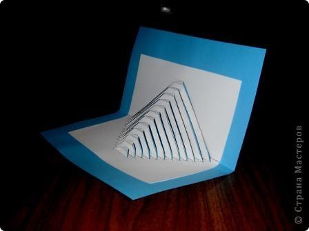 Киригами - это искусство изготовления фигурок и открыток из бумаги, с помощью вырезания и склеивания деталей. Бумажная архитектура (Origamic architecture) – это форма бумажного ремесла, основанная и развитая архитектором Масахиро Чатани (Masahiro Chatani) в 1980 году. Для изготовления используют листы бумаги или тонкого картона, которые надрезают и складывают. Наглядно, эти модели сравнимы с замысловатыми 'pop-up' - открытками. В отличие от традиционных pop-up-открыток, эти бумажные модели обычно надрезают и складывают из одного листа бумаги. Чаще всего разрабатывают трехмерные воспроизведения архитектуры, геометрические узоры и различные повседневные объекты и др. фото 17