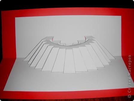 Киригами - это искусство изготовления фигурок и открыток из бумаги, с помощью вырезания и склеивания деталей.       Бумажная архитектура (Origamic architecture) – это форма бумажного ремесла, основанная и развитая архитектором Масахиро Чатани (Masahiro Chatani) в 1980 году.  Для изготовления используют листы бумаги или тонкого картона, которые надрезают и складывают. Наглядно, эти модели сравнимы с замысловатыми 'pop-up' - открытками. В отличие от традиционных pop-up-открыток, эти бумажные модели обычно надрезают и складывают из одного листа бумаги. Чаще всего разрабатывают трехмерные воспроизведения архитектуры, геометрические узоры и различные повседневные объекты и др.  фото 19