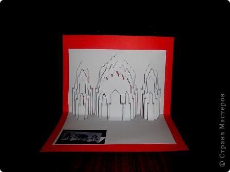 Киригами - это искусство изготовления фигурок и открыток из бумаги, с помощью вырезания и склеивания деталей. Бумажная архитектура (Origamic architecture) – это форма бумажного ремесла, основанная и развитая архитектором Масахиро Чатани (Masahiro Chatani) в 1980 году. Для изготовления используют листы бумаги или тонкого картона, которые надрезают и складывают. Наглядно, эти модели сравнимы с замысловатыми 'pop-up' - открытками. В отличие от традиционных pop-up-открыток, эти бумажные модели обычно надрезают и складывают из одного листа бумаги. Чаще всего разрабатывают трехмерные воспроизведения архитектуры, геометрические узоры и различные повседневные объекты и др. фото 24