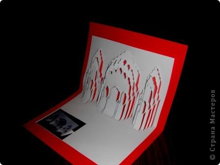 Киригами - это искусство изготовления фигурок и открыток из бумаги, с помощью вырезания и склеивания деталей. Бумажная архитектура (Origamic architecture) – это форма бумажного ремесла, основанная и развитая архитектором Масахиро Чатани (Masahiro Chatani) в 1980 году. Для изготовления используют листы бумаги или тонкого картона, которые надрезают и складывают. Наглядно, эти модели сравнимы с замысловатыми 'pop-up' - открытками. В отличие от традиционных pop-up-открыток, эти бумажные модели обычно надрезают и складывают из одного листа бумаги. Чаще всего разрабатывают трехмерные воспроизведения архитектуры, геометрические узоры и различные повседневные объекты и др. фото 25