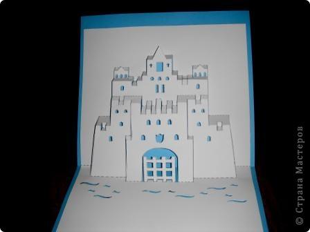 Киригами - это искусство изготовления фигурок и открыток из бумаги, с помощью вырезания и склеивания деталей.       Бумажная архитектура (Origamic architecture) – это форма бумажного ремесла, основанная и развитая архитектором Масахиро Чатани (Masahiro Chatani) в 1980 году.  Для изготовления используют листы бумаги или тонкого картона, которые надрезают и складывают. Наглядно, эти модели сравнимы с замысловатыми 'pop-up' - открытками. В отличие от традиционных pop-up-открыток, эти бумажные модели обычно надрезают и складывают из одного листа бумаги. Чаще всего разрабатывают трехмерные воспроизведения архитектуры, геометрические узоры и различные повседневные объекты и др.  фото 27