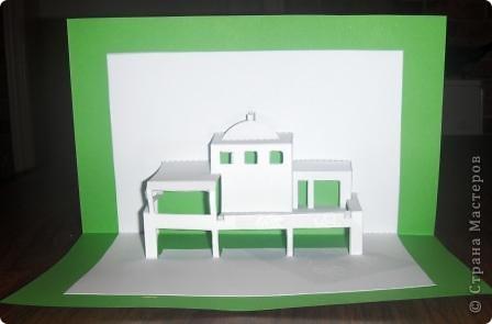 Киригами - это искусство изготовления фигурок и открыток из бумаги, с помощью вырезания и склеивания деталей. Бумажная архитектура (Origamic architecture) – это форма бумажного ремесла, основанная и развитая архитектором Масахиро Чатани (Masahiro Chatani) в 1980 году. Для изготовления используют листы бумаги или тонкого картона, которые надрезают и складывают. Наглядно, эти модели сравнимы с замысловатыми 'pop-up' - открытками. В отличие от традиционных pop-up-открыток, эти бумажные модели обычно надрезают и складывают из одного листа бумаги. Чаще всего разрабатывают трехмерные воспроизведения архитектуры, геометрические узоры и различные повседневные объекты и др. фото 14