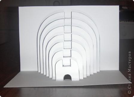 Киригами - это искусство изготовления фигурок и открыток из бумаги, с помощью вырезания и склеивания деталей. Бумажная архитектура (Origamic architecture) – это форма бумажного ремесла, основанная и развитая архитектором Масахиро Чатани (Masahiro Chatani) в 1980 году. Для изготовления используют листы бумаги или тонкого картона, которые надрезают и складывают. Наглядно, эти модели сравнимы с замысловатыми 'pop-up' - открытками. В отличие от традиционных pop-up-открыток, эти бумажные модели обычно надрезают и складывают из одного листа бумаги. Чаще всего разрабатывают трехмерные воспроизведения архитектуры, геометрические узоры и различные повседневные объекты и др. фото 11