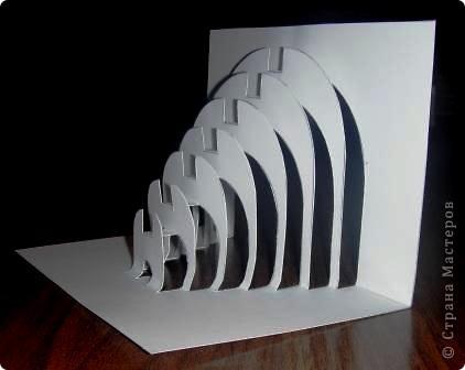 Киригами - это искусство изготовления фигурок и открыток из бумаги, с помощью вырезания и склеивания деталей.       Бумажная архитектура (Origamic architecture) – это форма бумажного ремесла, основанная и развитая архитектором Масахиро Чатани (Masahiro Chatani) в 1980 году.  Для изготовления используют листы бумаги или тонкого картона, которые надрезают и складывают. Наглядно, эти модели сравнимы с замысловатыми 'pop-up' - открытками. В отличие от традиционных pop-up-открыток, эти бумажные модели обычно надрезают и складывают из одного листа бумаги. Чаще всего разрабатывают трехмерные воспроизведения архитектуры, геометрические узоры и различные повседневные объекты и др.  фото 12