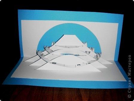 Киригами - это искусство изготовления фигурок и открыток из бумаги, с помощью вырезания и склеивания деталей.       Бумажная архитектура (Origamic architecture) – это форма бумажного ремесла, основанная и развитая архитектором Масахиро Чатани (Masahiro Chatani) в 1980 году.  Для изготовления используют листы бумаги или тонкого картона, которые надрезают и складывают. Наглядно, эти модели сравнимы с замысловатыми 'pop-up' - открытками. В отличие от традиционных pop-up-открыток, эти бумажные модели обычно надрезают и складывают из одного листа бумаги. Чаще всего разрабатывают трехмерные воспроизведения архитектуры, геометрические узоры и различные повседневные объекты и др.  фото 5
