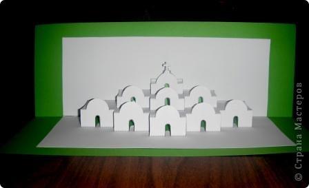 Киригами - это искусство изготовления фигурок и открыток из бумаги, с помощью вырезания и склеивания деталей.       Бумажная архитектура (Origamic architecture) – это форма бумажного ремесла, основанная и развитая архитектором Масахиро Чатани (Masahiro Chatani) в 1980 году.  Для изготовления используют листы бумаги или тонкого картона, которые надрезают и складывают. Наглядно, эти модели сравнимы с замысловатыми 'pop-up' - открытками. В отличие от традиционных pop-up-открыток, эти бумажные модели обычно надрезают и складывают из одного листа бумаги. Чаще всего разрабатывают трехмерные воспроизведения архитектуры, геометрические узоры и различные повседневные объекты и др.  фото 2