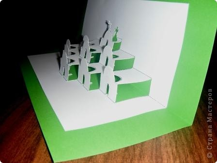 Киригами - это искусство изготовления фигурок и открыток из бумаги, с помощью вырезания и склеивания деталей.       Бумажная архитектура (Origamic architecture) – это форма бумажного ремесла, основанная и развитая архитектором Масахиро Чатани (Masahiro Chatani) в 1980 году.  Для изготовления используют листы бумаги или тонкого картона, которые надрезают и складывают. Наглядно, эти модели сравнимы с замысловатыми 'pop-up' - открытками. В отличие от традиционных pop-up-открыток, эти бумажные модели обычно надрезают и складывают из одного листа бумаги. Чаще всего разрабатывают трехмерные воспроизведения архитектуры, геометрические узоры и различные повседневные объекты и др.  фото 3