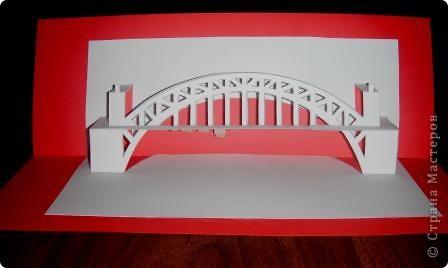 Киригами - это искусство изготовления фигурок и открыток из бумаги, с помощью вырезания и склеивания деталей. Бумажная архитектура (Origamic architecture) – это форма бумажного ремесла, основанная и развитая архитектором Масахиро Чатани (Masahiro Chatani) в 1980 году. Для изготовления используют листы бумаги или тонкого картона, которые надрезают и складывают. Наглядно, эти модели сравнимы с замысловатыми 'pop-up' - открытками. В отличие от традиционных pop-up-открыток, эти бумажные модели обычно надрезают и складывают из одного листа бумаги. Чаще всего разрабатывают трехмерные воспроизведения архитектуры, геометрические узоры и различные повседневные объекты и др. фото 8