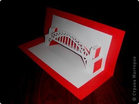 Киригами - это искусство изготовления фигурок и открыток из бумаги, с помощью вырезания и склеивания деталей.       Бумажная архитектура (Origamic architecture) – это форма бумажного ремесла, основанная и развитая архитектором Масахиро Чатани (Masahiro Chatani) в 1980 году.  Для изготовления используют листы бумаги или тонкого картона, которые надрезают и складывают. Наглядно, эти модели сравнимы с замысловатыми 'pop-up' - открытками. В отличие от традиционных pop-up-открыток, эти бумажные модели обычно надрезают и складывают из одного листа бумаги. Чаще всего разрабатывают трехмерные воспроизведения архитектуры, геометрические узоры и различные повседневные объекты и др.  фото 9